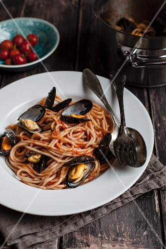 Mussels with spaghetti and tomato sauce