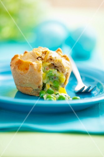 Mini pie with pea & broccoli filling, for Easter (sliced open)