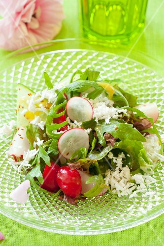 Rocket salad with radishes and feta