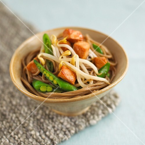 Teriyaki noodles with salmon, beansprouts and mange tout
