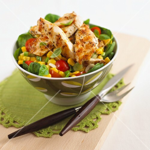 Sweetcorn salad with tomatoes, basil and fried strips of chicken