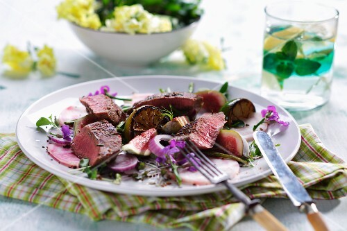 Lamb fillet salad with fresh figs