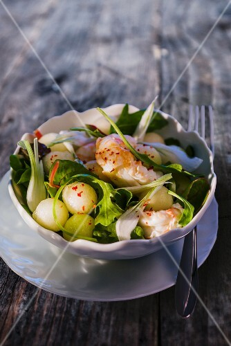 Prawn salad with melons and spring onions