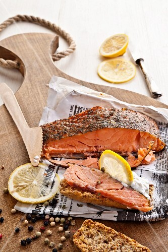 Home-made smoked salmon with peppercorns and lemon