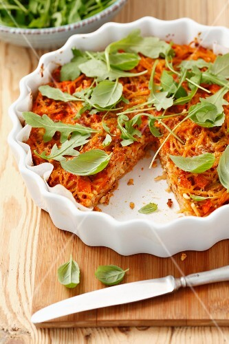 Spaghetti bake with minced meat, rocket and basil