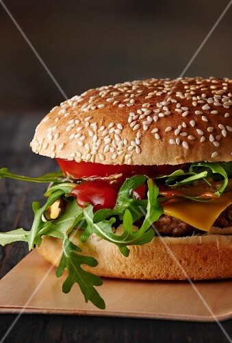 Cheeseburger with ketchup and rocket