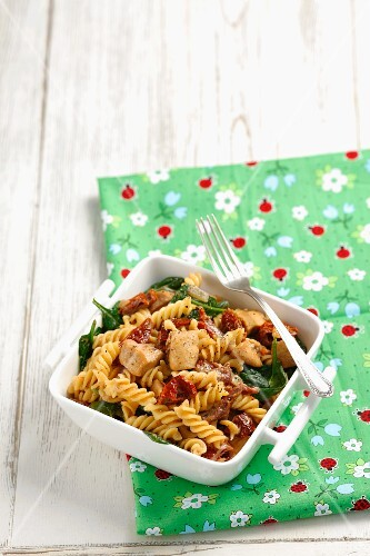 Pasta spirals with chicken and sundried tomatoes