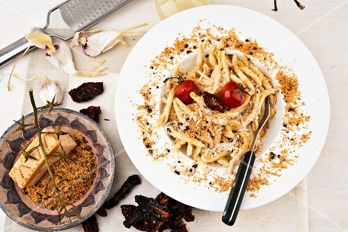Pasta with breadcrumbs, tomatoes, parmesan and garlic