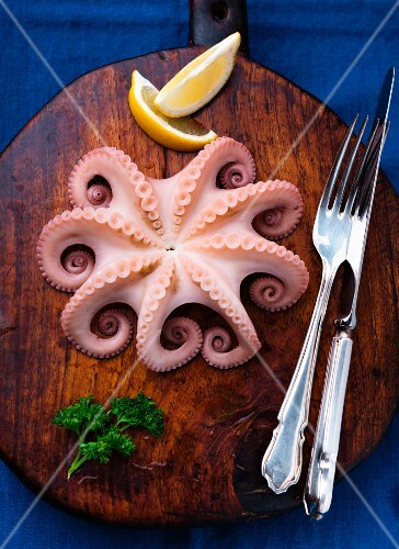 An octopus with parsley and lemon