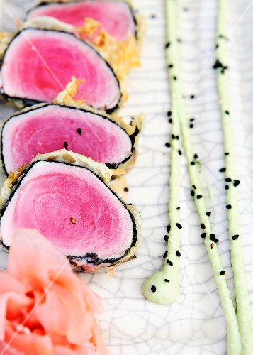 Tuna sushi (close-up)