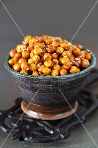 Roasted chickpeas with ginger, spices and sesame seeds