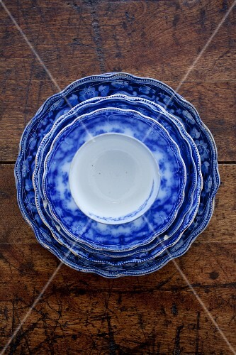 A stack of blue and white plates with a cup on top (seen from above)
