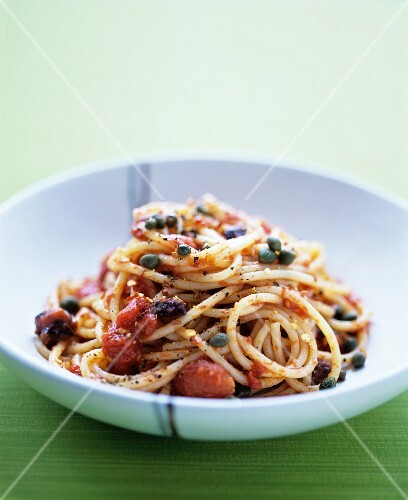 Spaghetti puttanesca with tomatoes and olives