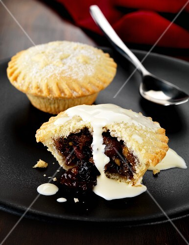 Mince pie and cream