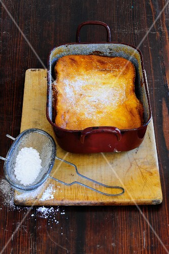 Quark bake in a baking dish dusted with icing sugar