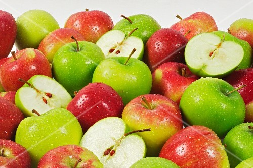 Various freshly washed apples (Braeburn, Granny Smith)