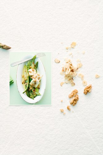 Goes well together: asparagus and nuts