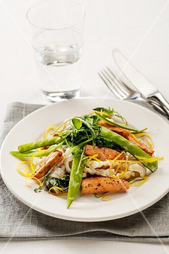 Salmon with pasta and mange tout