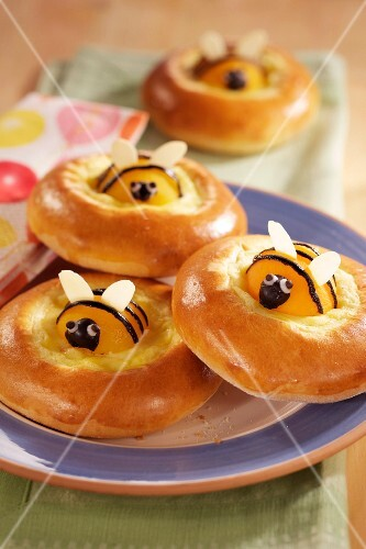 Bread wreaths with apricots bees