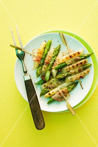Grilled asparagus skewers with bacon