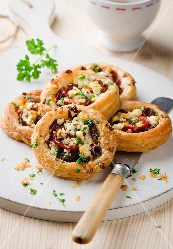 Puff pastry tartlets with tomato and cheese