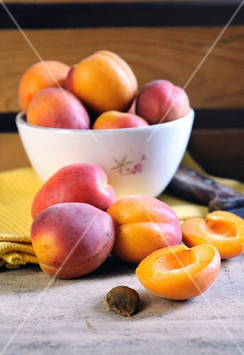 Apricots in a bowl and on a chopping board