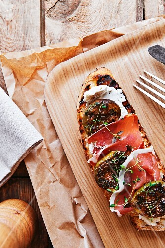 Tartine with ham, goat's cheese and figs