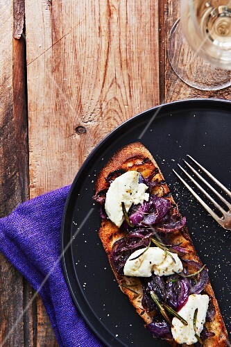 Tartine with red onions, mozzarella and rosemary