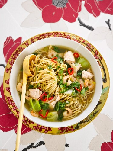 Noodle soup with prawns and chilli peppers (Asia)