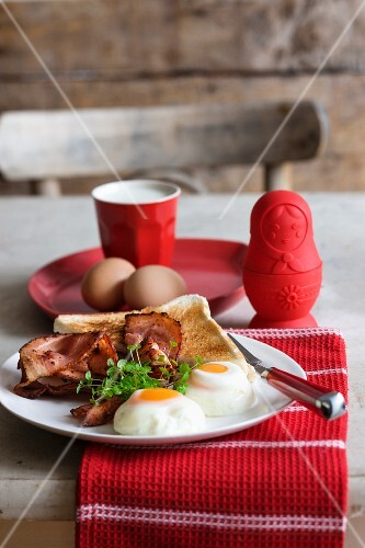 Poached eggs with bacon and toast