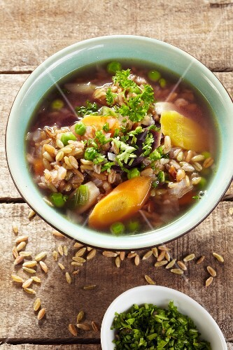 Unripe spelt grain soup with carrots and peas