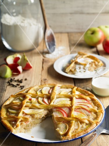Apple cake with cream