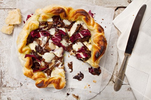 Quiche with radicchio and cheese