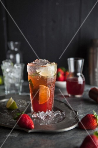 A strawberry mojito with limes