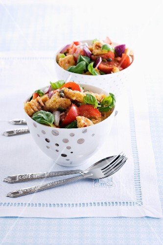 Panzanella (Bread salad with tomatoes and onions, Italy)