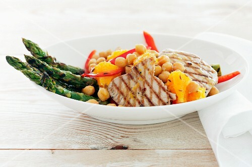Vegetable salad with asparagus, chickpeas and tuna