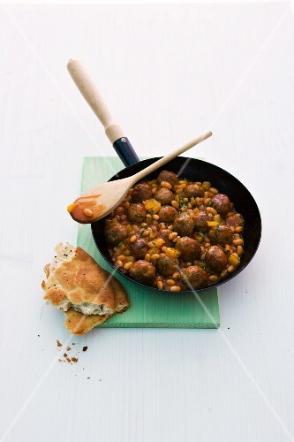 Baked beans with meat balls and unleavened bread