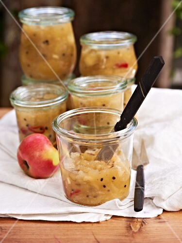 Apple chutney with cardamom and chilli