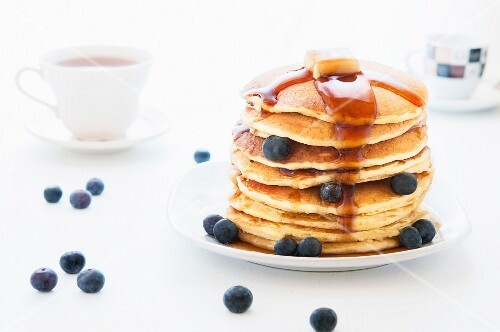 Pancakes with maple syrup and blueberries