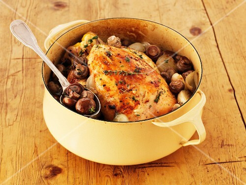 Chicken with mushrooms, thyme and parsley