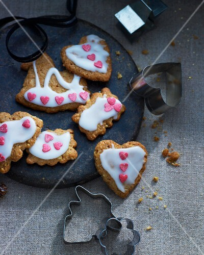Ginger biscuits with icing sugar and sugar hearts