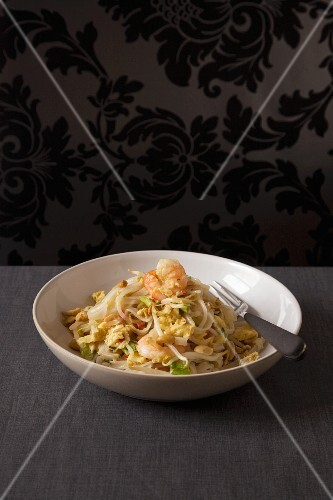 Pad Thai with prawns (fried noodles, Thailand)