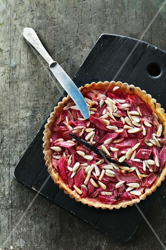 Rhubarb tart with vanilla and almonds
