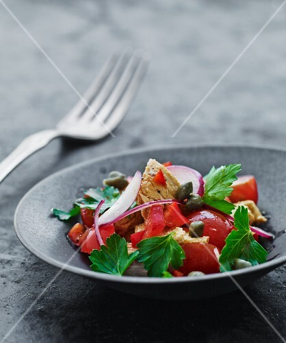 Tomato salad with onions, capers and tuna