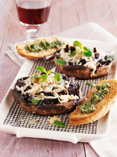Gratinated mushrooms with grilled bread and pesto