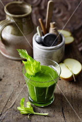 A spinach, apple, celery and courgette smoothie