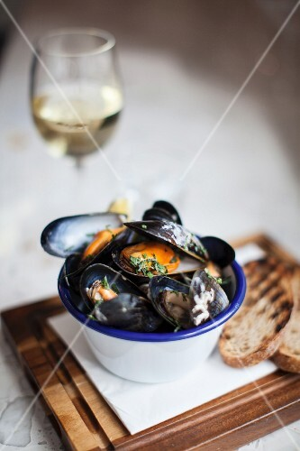 Mussels with herbs and grilled bread