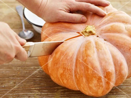 A Muscade de Provence squash being sliced