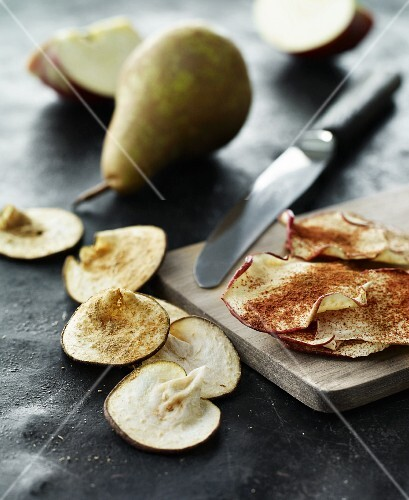 Apple and pear chips sprinkled with cinnamon and cardamom