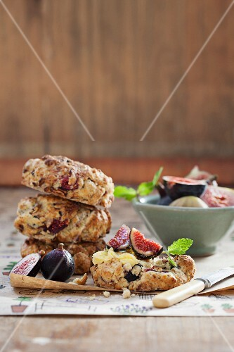 Scones with honeyy-glazed bacon and figs